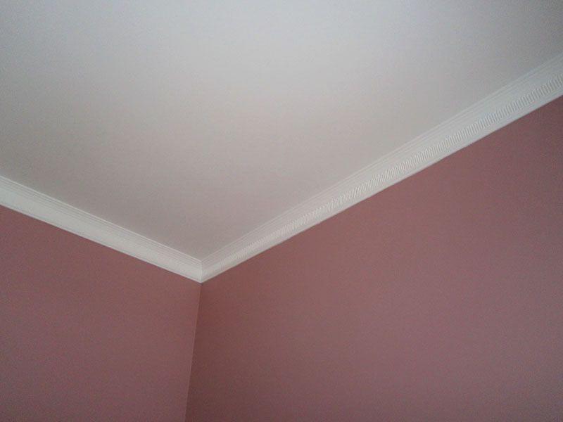 Обычные шпаклёванные потолки, декорированные потолочным плинтусом