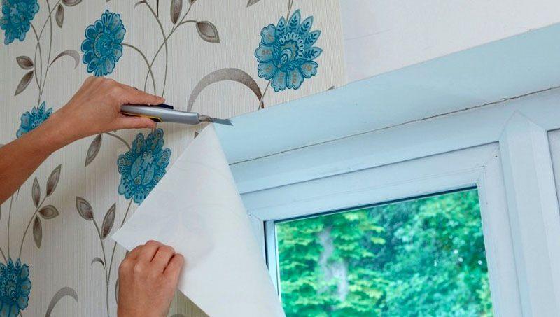 Поверхность стены перед оклейкой должна быть обезжирена и хорошо очищена от пыли
