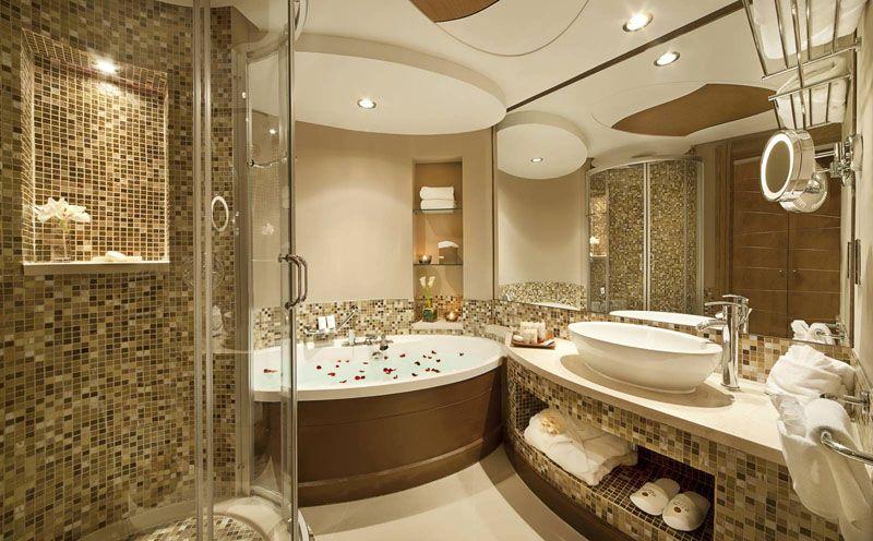 Светлые тона и золотистая мозаичная плитка делают интерьер роскошным