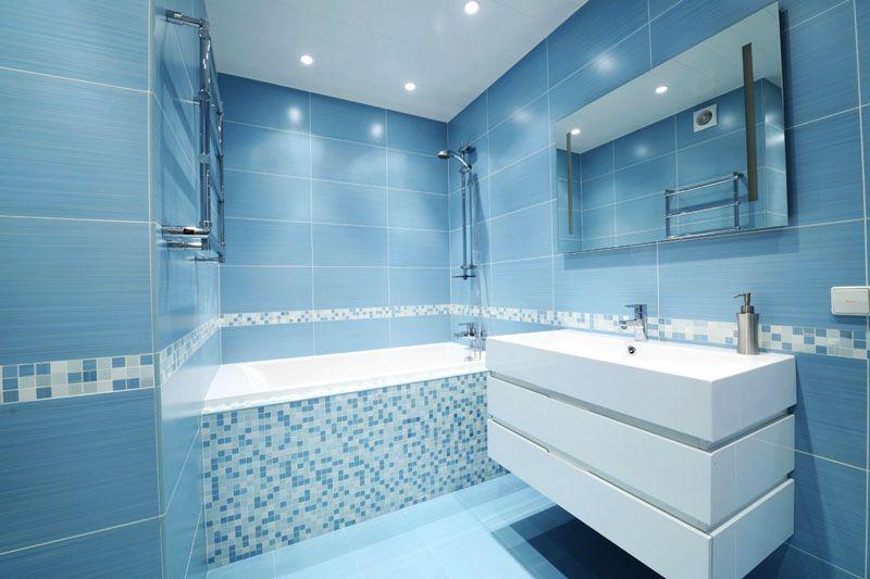 Нежно-голубые тона делают ванную комнату воздушной