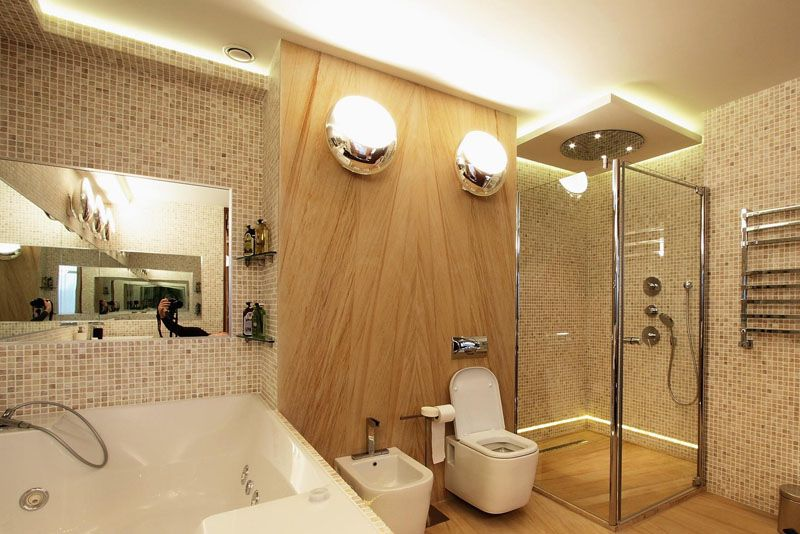 В просторной ванной с помощью освещения можно выполнить зонирование