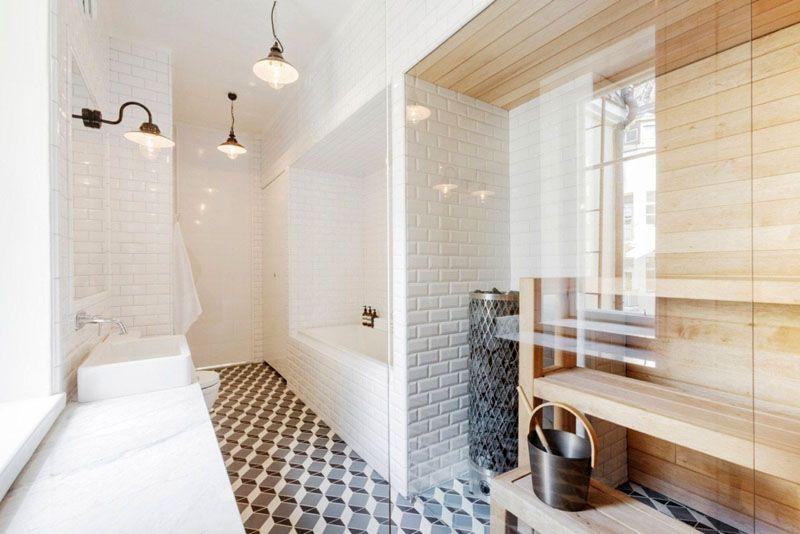 Ванная комната в скандинавском стиле с домашней мини-сауной