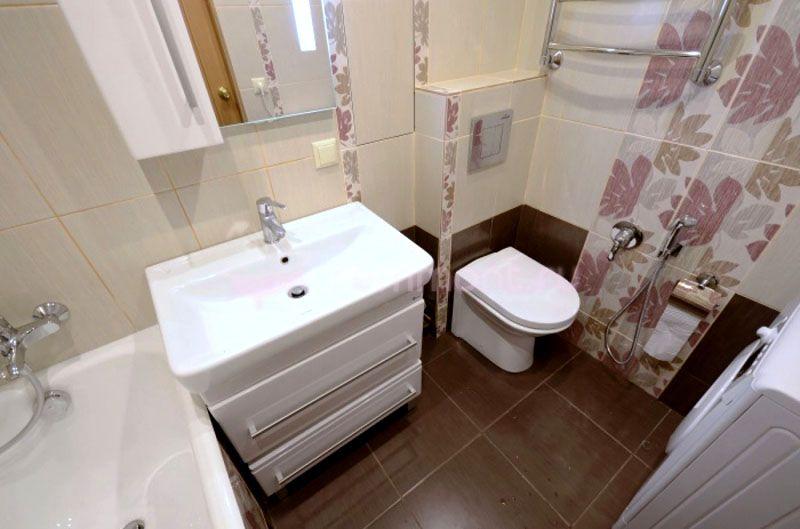 Демонтаж перегородки между ванной и туалетом позволяет получить свободное дополнительное пространство