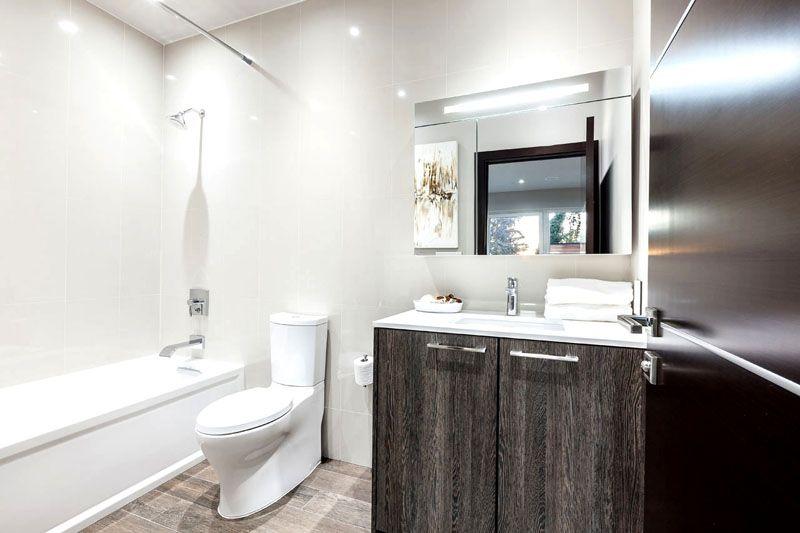 Классический декор ванной комнаты − это всегда светлые оттенки и массивные туалетные принадлежности