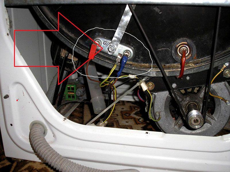 Нагревательный элемент часто монтируют с задней стороны бака