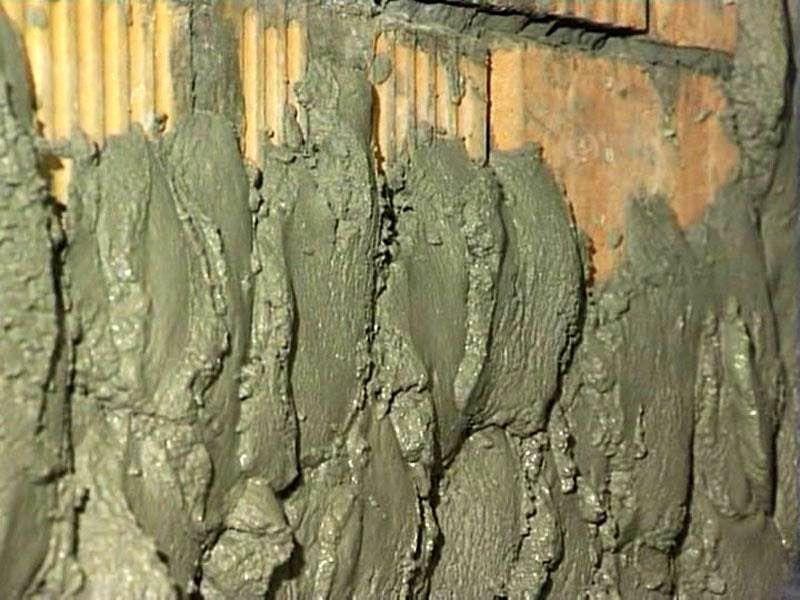 Набрасывание цементной штукатурки на стену