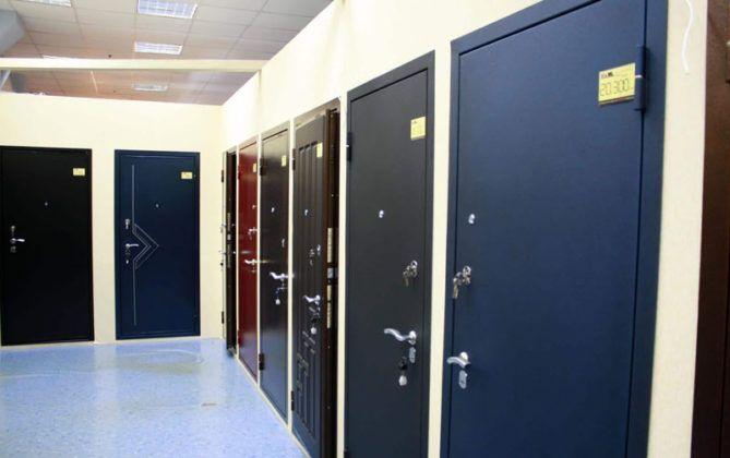 При изготовлении металлической двери на заказ некоторые производители предлагают выбор окраски по палитре цветов RAL