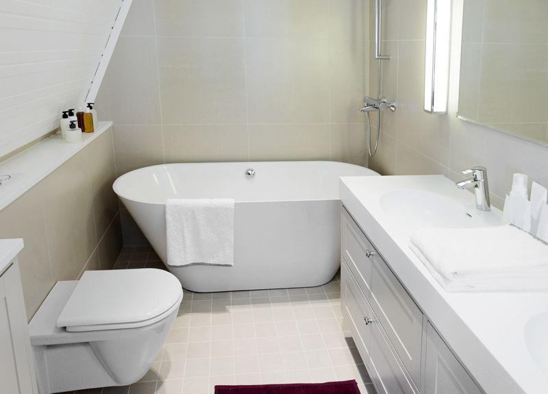 Дизайн ванной с маленькой ванной на мансардном этаже