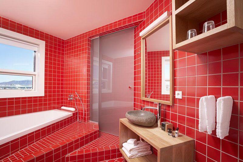 Красный цвет агрессивный, и в такой ванной особо не расслабишься, особенно если помещение небольшое