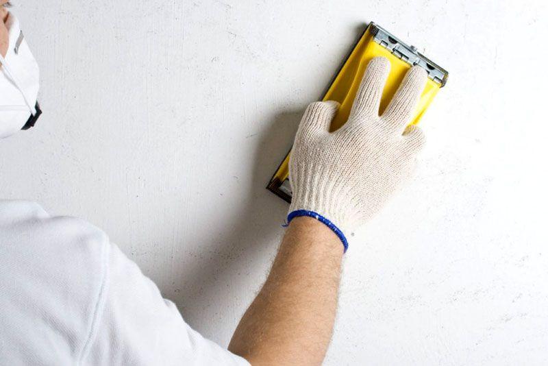 Для шлифования поверхности рекомендуется пользоваться ручной тёркой (для единичного ремонта нет нужды выбирать профессиональный электрический инструмент)