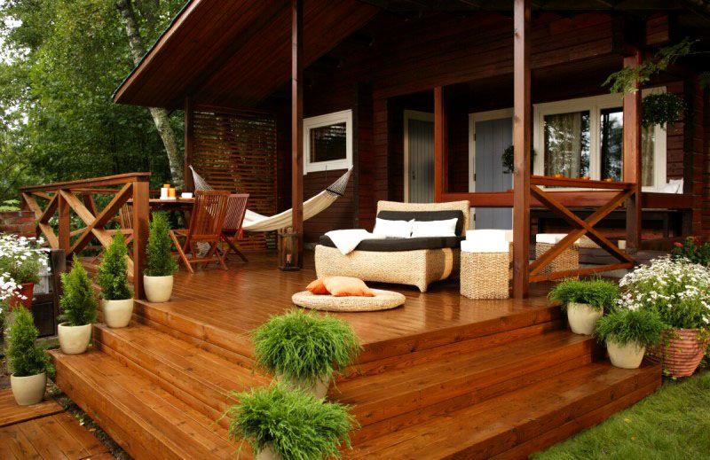 Натуральная древесина остаётся самым популярным материалом для постройки и отделки веранд и террас