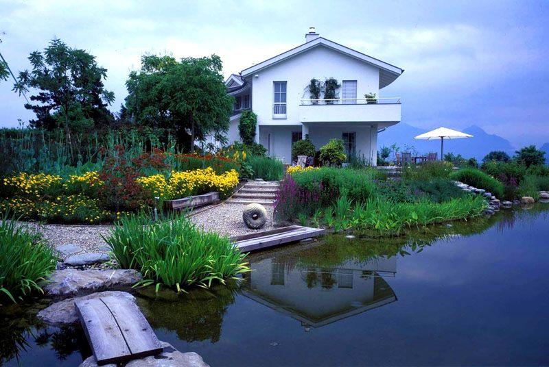 Водоём, расположенный рядом с домом, становится причиной высокой влажности в помещениях