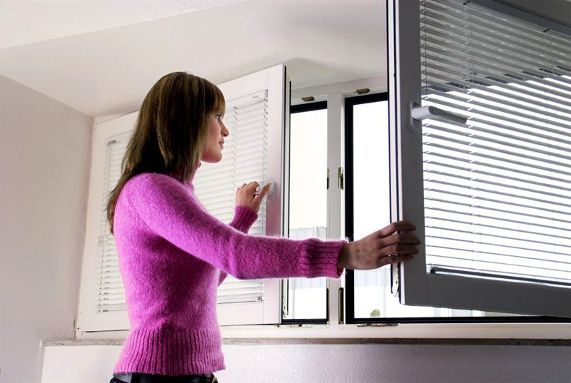 Открытые окна помогают снизить влажность воздуха в помещении