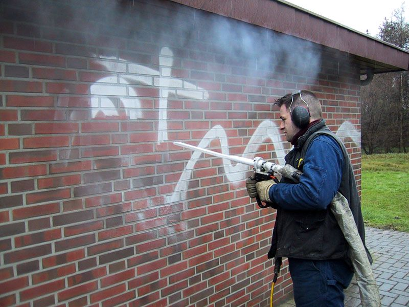 С помощью пескоструя можно избавиться от граффити