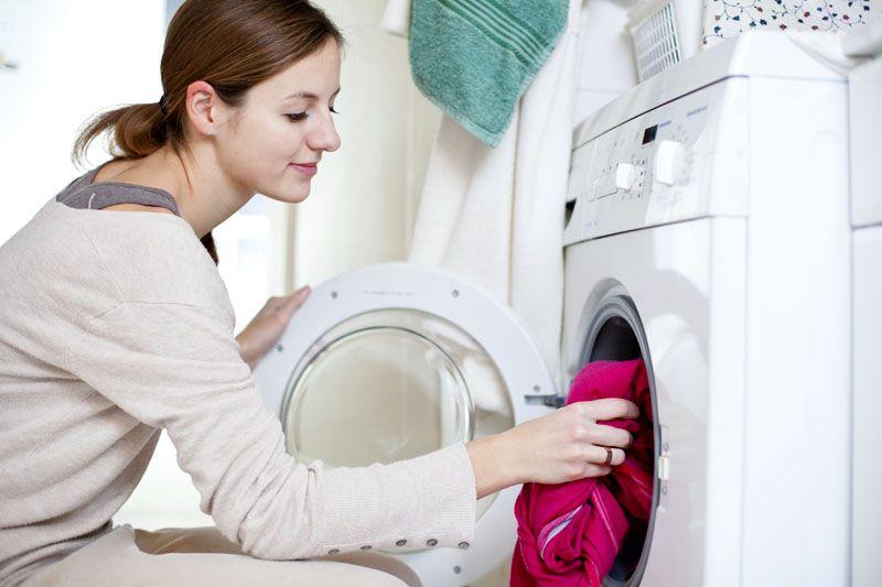 Кухонные занавески приходится стирать чаще, чем портьеры в спальне или гостиной