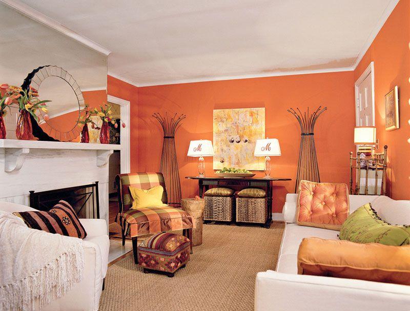 Цветовая гамма стен поддержана декором – подушками и чехлом на кресле