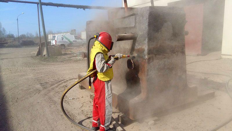 Сам рабочий обязательно должен пользоваться защитной одеждой, респиратором и очками