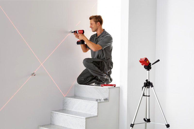 Пример использования лазерного нивелира для разметки места крепления поручней к лестнице