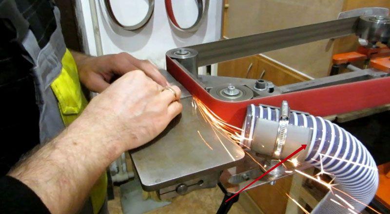 Гриндер, особенно во время работы по дереву, сильно пылит, многие мастера приспосабливают для очищения поверхности во время работы специальные пылесосы или обдувочные механизмы
