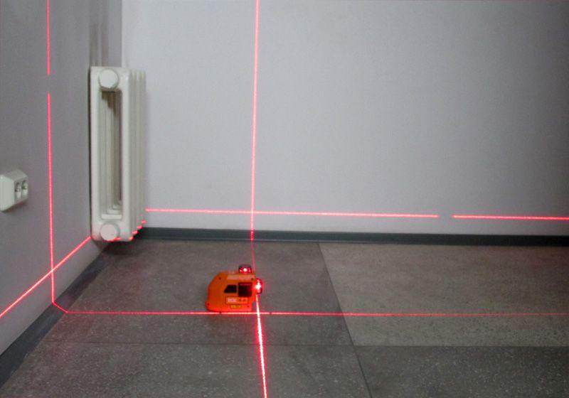 Вариант проецирования лучей лазерного нивелира: нулевая отметка (параллельно полу) и построение лучей в двух плоскостях