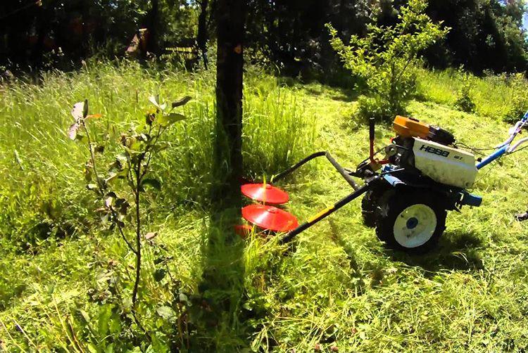 Роторная косилка поможет скосить траву