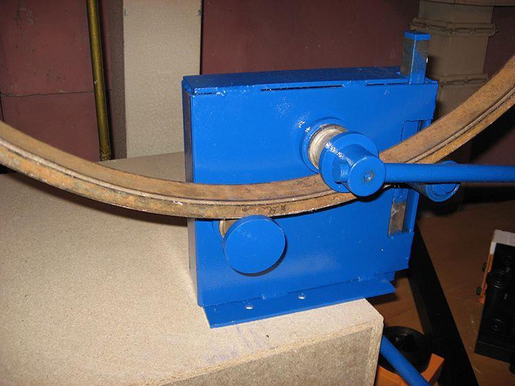 Можно использовать специальное оборудование для того, чтобы изогнуть трубу