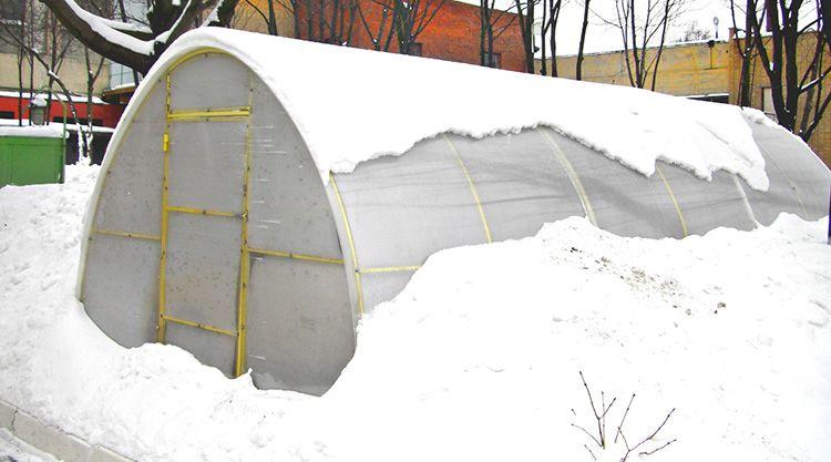 Дополнительные подпорки позволят сохранить целостность теплицы зимой