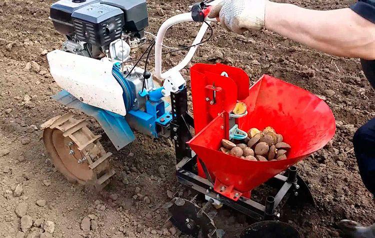 Картофелесажалка облегчает процесс посадки