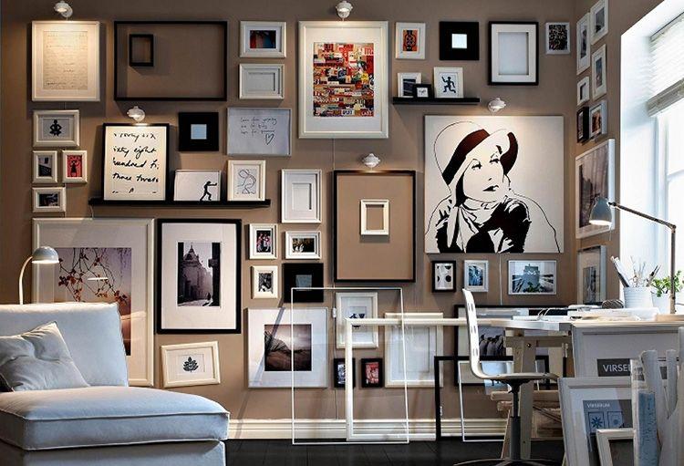 Удивительная композиция из картин, фотографий и пустых рамок на одной стене