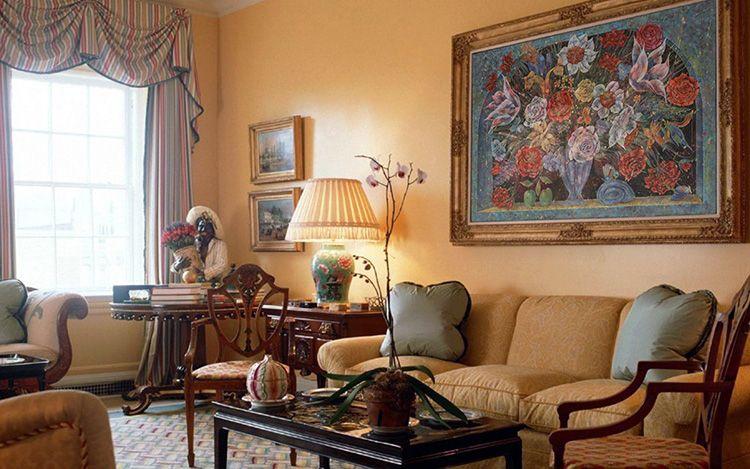 Несколько качественных реплик известных картин придадут гостиной особого шика и изысканности
