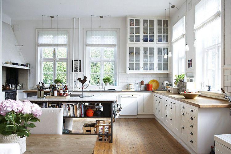 Островная конструкция в кухне может быть использована как стол