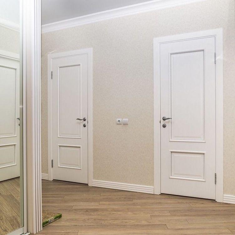 Белые двери в сочетании со светлой обстановкой зрительно расширяют пространство