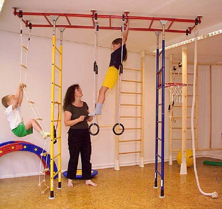 Родители всегда должны быть рядом, пока дети занимаются на шведской стенке