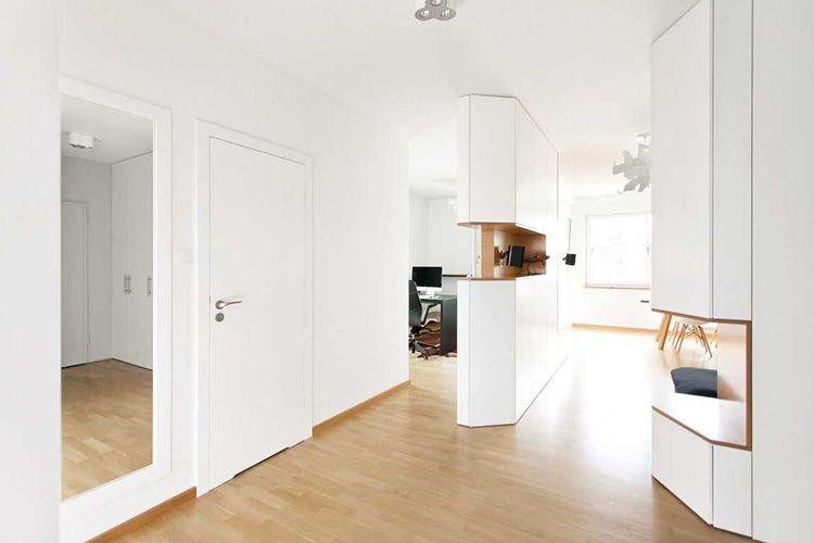 Белые двери в лаконичном интерьере