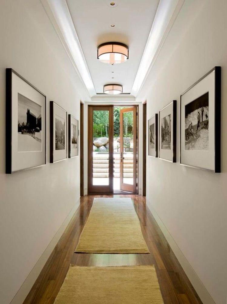 Фотографии в прихожей стоит вешать, только если помещение просторное и светлое