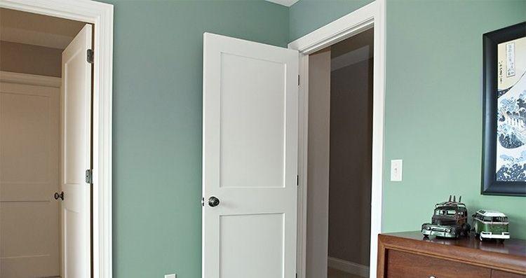 Светлые двери с салатовыми стенами – интересное сочетание