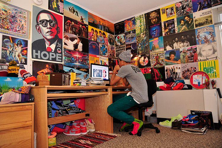 Подростковая комната, украшенная большим количеством постеров