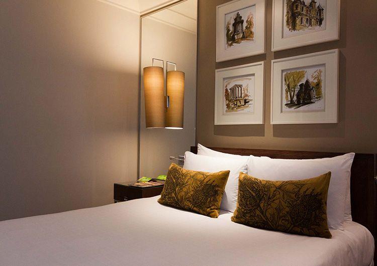 Размещение картин над кроватью в спальне