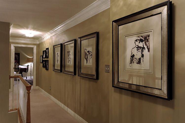 Картины на стене коридора