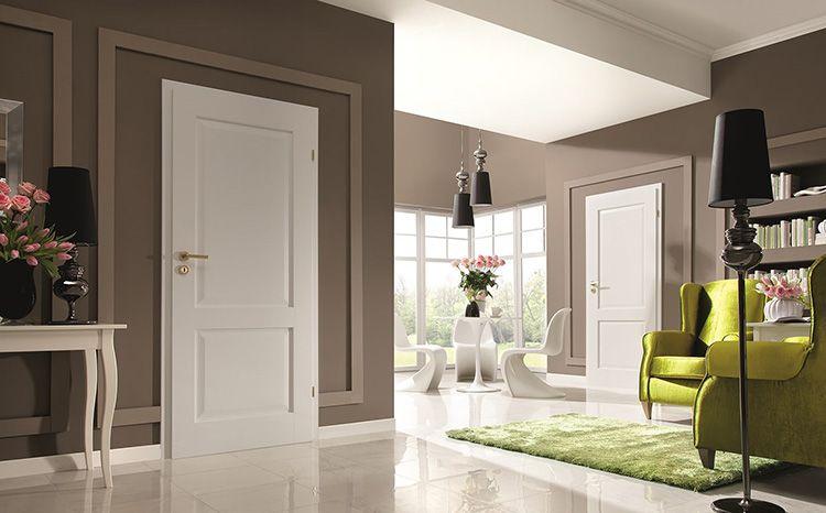Белые двери и белые плинтуса выгодно смотрятся на фоне более тёмной стены