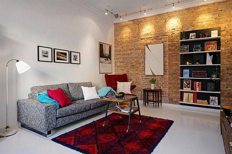 Стена из необработанного кирпича разнообразит интерьер помещения