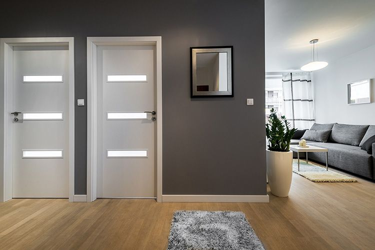 Контраст светлых дверей с более тёмными стенами
