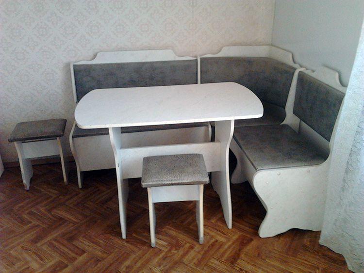 Традиционный кухонный уголок с отсеками для хранения вещей и подъёмными сиденьями