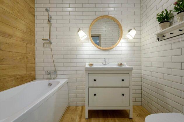 Деревянные поверхности в ванной нужно обязательно обработать специальным защитным составом