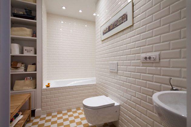 Разноцветная плитка, уложенная в шахматном порядке, разбавит белизну ванной