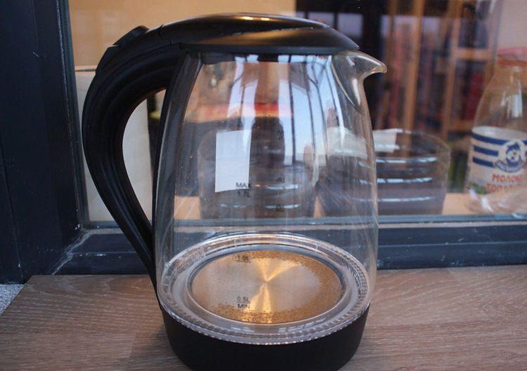 Толстый слой накипи в чайнике, безусловно, − вещь неприятная. Однако это не повод выкидывать прибор