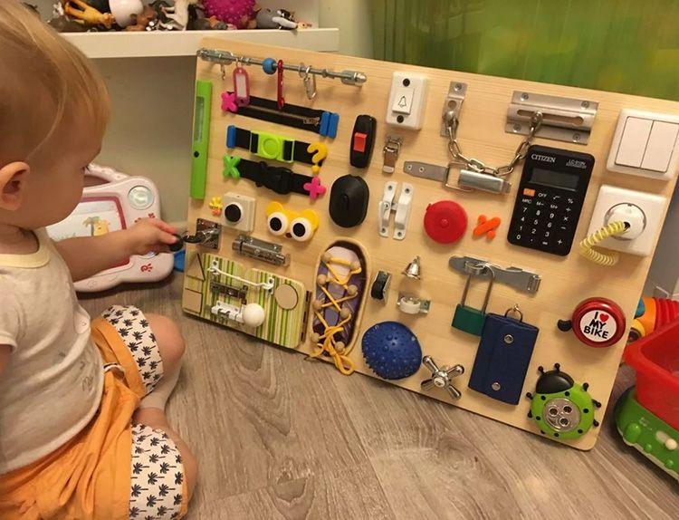 Бизиборд – это доска с разными двигающимися и объёмными элементами: замочками, засовами, окошками, мягкими и твёрдыми предметами