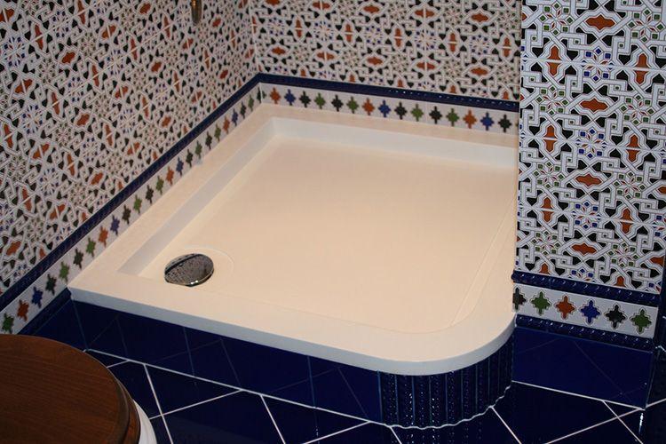 Облицовка керамической плиткой позволяет создать гармоничное дизайнерское оформление интерьера ванной