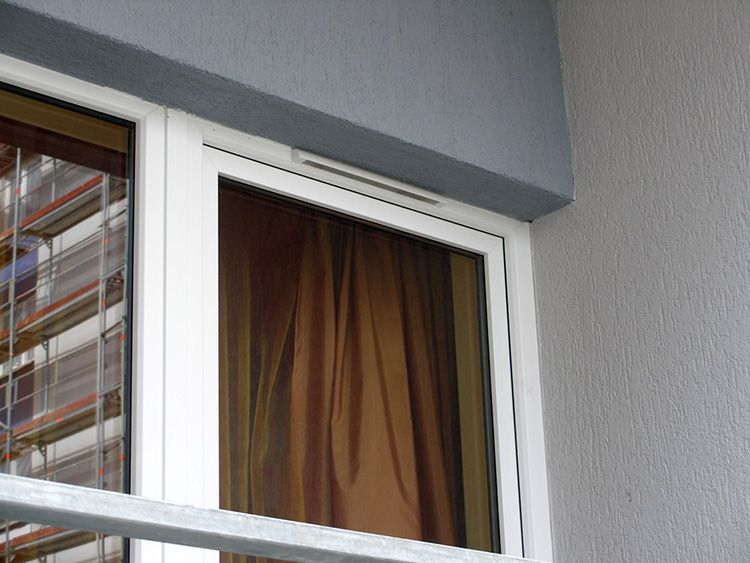 Вид с улицы – устройство органично сочетается с пластиковым окном и практически незаметно