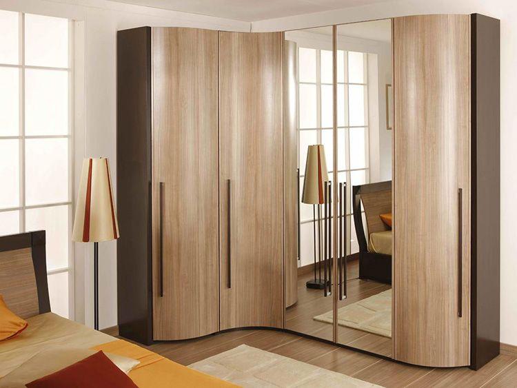 Зеркальные дверцы визуально увеличивают пространство